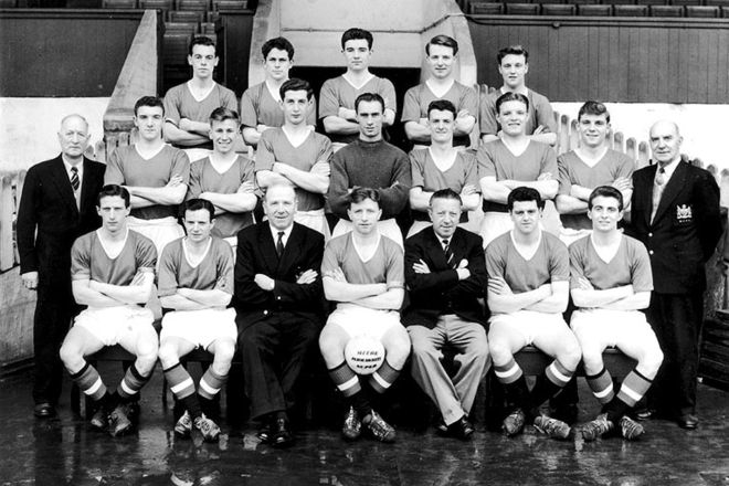 Manchester United in 1957 1956-1957: The fifth title. The side went on to win the league title the following year because of the hugely successful young stars the 'Busby Babes.' Tragically many of the young men seen here were killed in an airplane crash in Munich, Germany, the following year.  Cr. <warp>www.bbc.co.uk/newsround/22264796</warp>